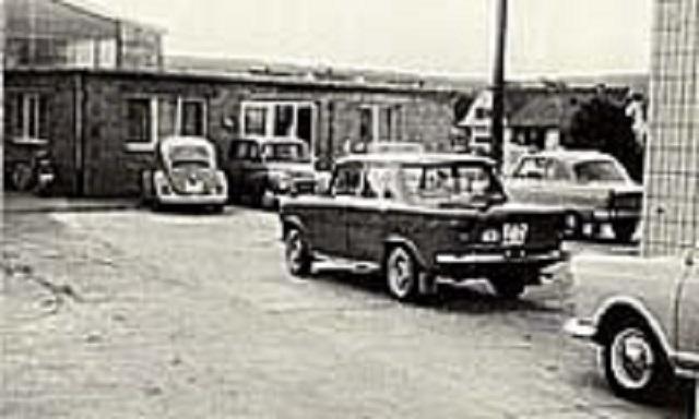 Autos vor dem Autohaus Lick in den Anfangsjahren
